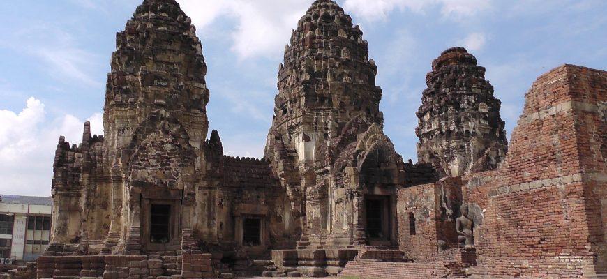 כמו בהודו : מקדשים וקופים בלופבורי